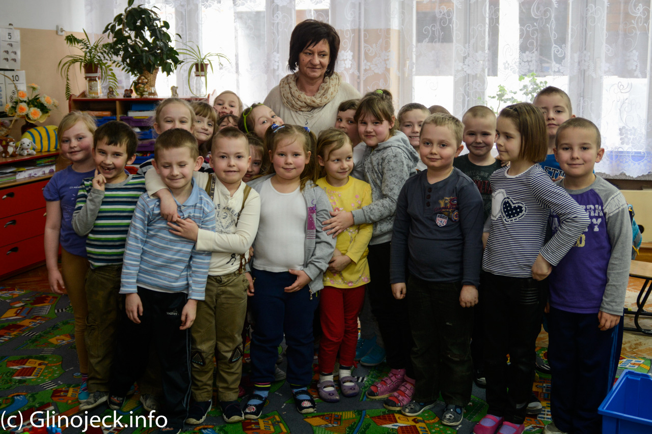 Przedszkolaki z nauczycielką Grażyną Konstantynowicz